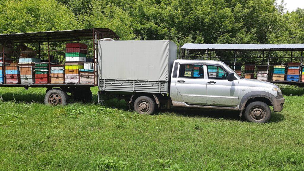 УАЗ помогает в откачке меда