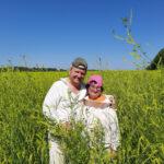 Пчеловоды Канунниковы в поле донника